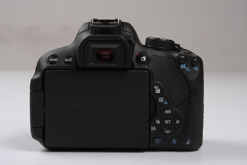 Hình ảnh mặt sau thân máy (body) của Canon 700D