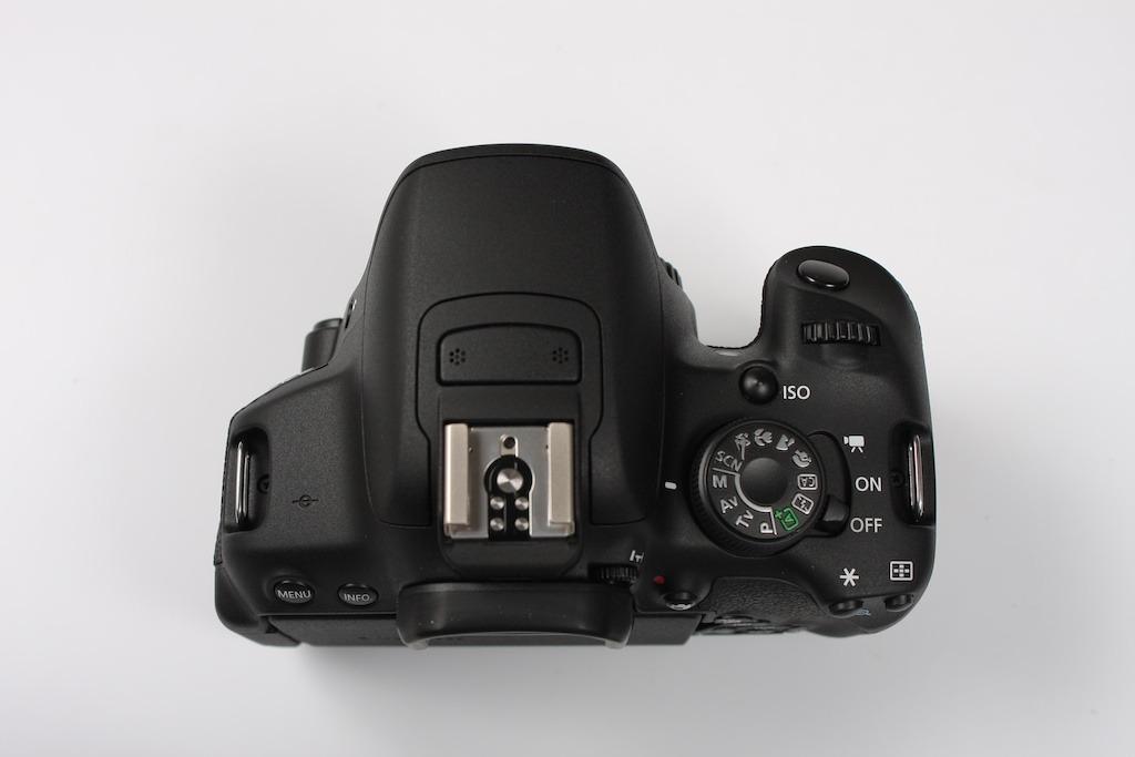 Hình ảnh flash cóc và hot shoe thân máy (body) của Canon 700D
