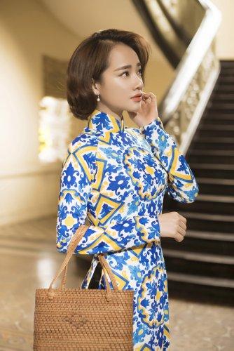 Nhã Phương xinh đẹp nền nã với áo dài họa tiết gạch bông - 01