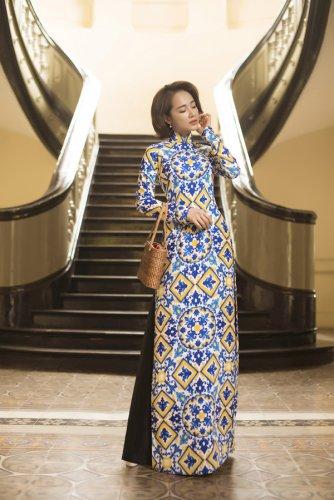 Nhã Phương xinh đẹp nền nã với áo dài họa tiết gạch bông - 02